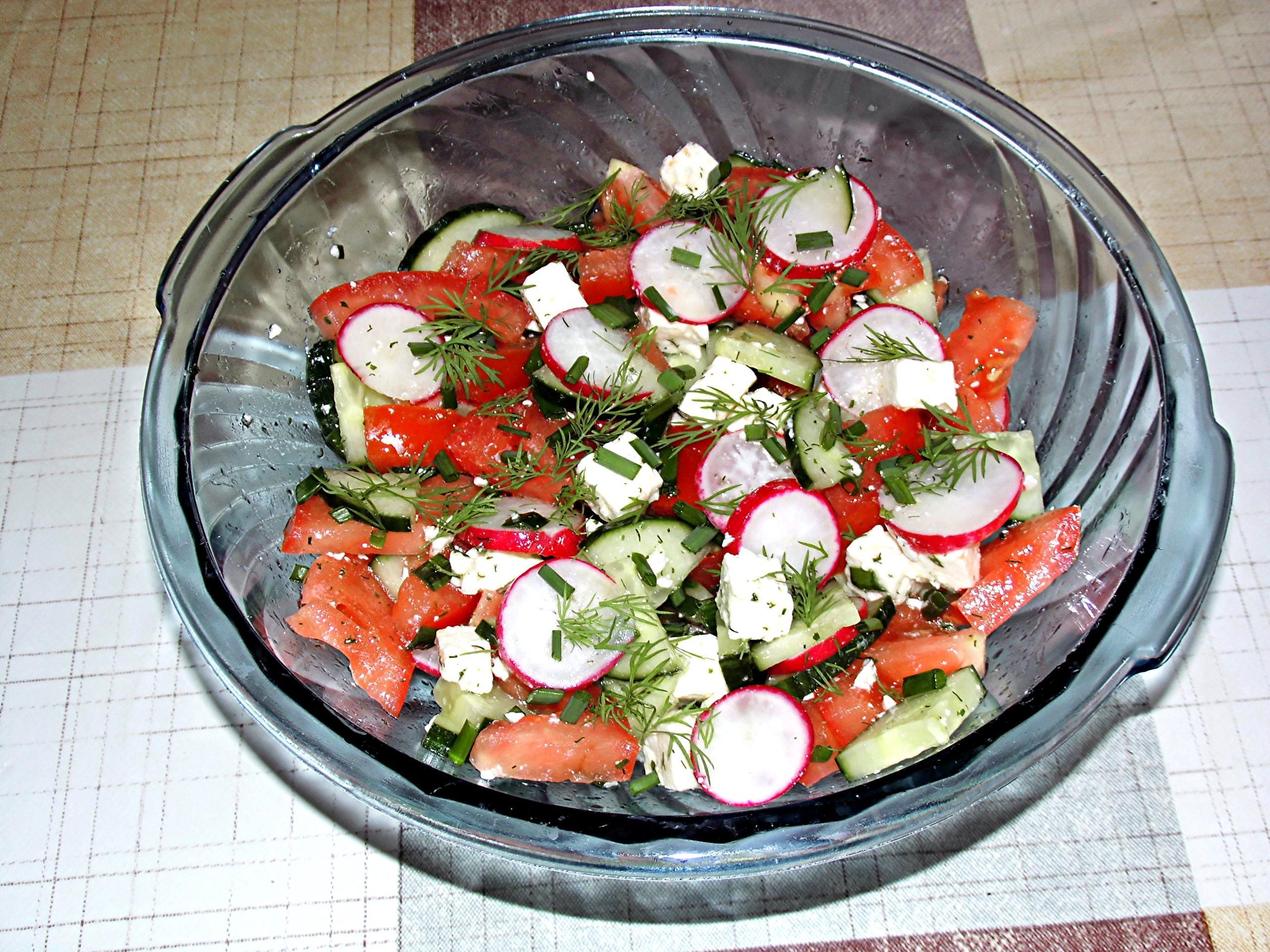 Tomaten-Gurken-Radieschen Salat - Rezept von tochterhagen
