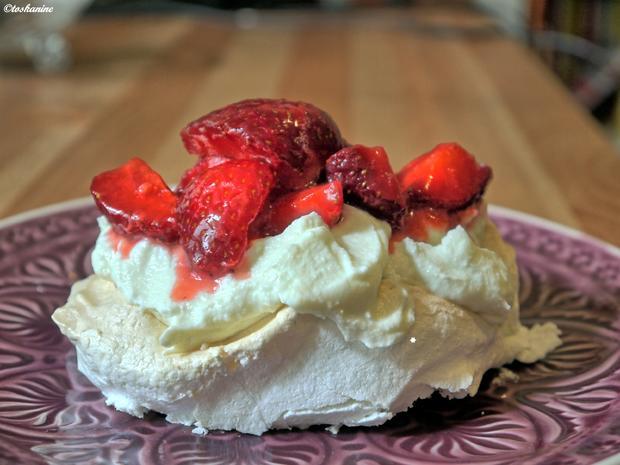 Pavlova-Wölkchen mit Pistazienricotta und marinierten Erdbeeren - Rezept - Bild Nr. 572
