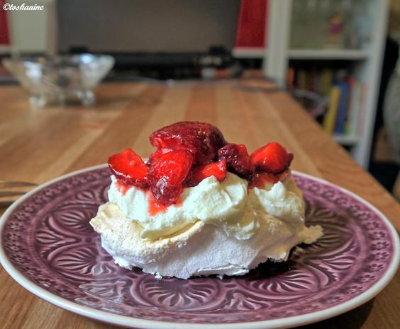 Pavlova-Wölkchen mit Pistazienricotta und marinierten Erdbeeren - Rezept - Bild Nr. 579