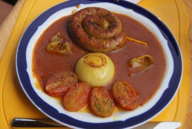 Rezept: Fränkische Bratwurstschnecke mit Currysauce und Beilagen