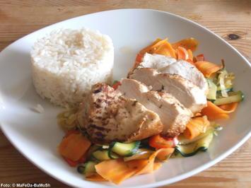 Rezept: Hähnchenfilet auf Zuchini-Karotten-Gemüse