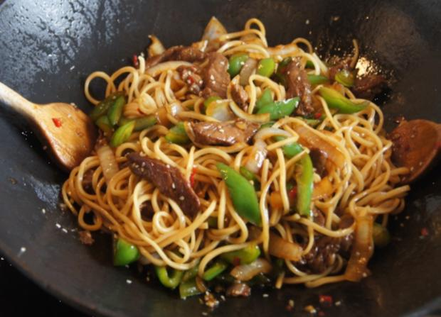 Chinesische Nudeln im Wok mit Rindfleisch. Paprika und Zwiebeln - Rezept - Bild Nr. 245