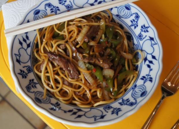 Chinesische Nudeln im Wok mit Rindfleisch. Paprika und Zwiebeln - Rezept - Bild Nr. 246