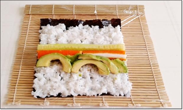 Sushi mit Surimi, Avocado und Gurke gefüllt - Rezept - Bild Nr. 1705