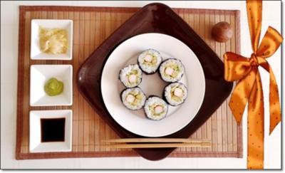 Rezept: Sushi mit Surimi, Avocado und Gurke gefüllt