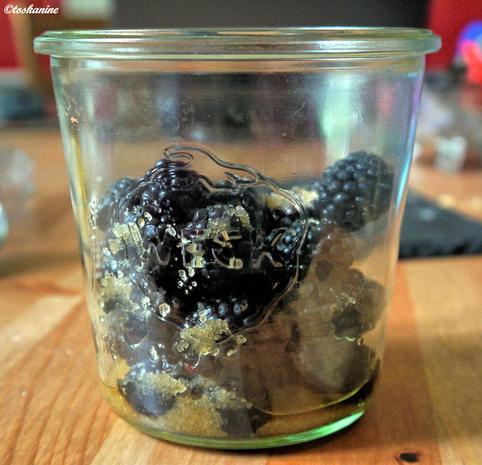 Weiße Schokoladen-Süßholz-Mousse mit marinierten Brombeeren - Rezept - Bild Nr. 320