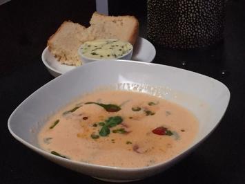 Weiße Tomatensuppe mit Ofentomaten und Pesto, dazu Weißbrot mit Kräuterbutter - Rezept - Bild Nr. 329