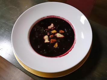 Rezept: Kalte Fliederbeersuppe mit Grießklößchen und Croutons