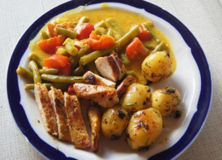 Hähnchenbrustfilet mit Curry-Tomaten-Bohnen Gemüse und angebratenen Rosmarin-Drillingen - Rezept - Bild Nr. 550