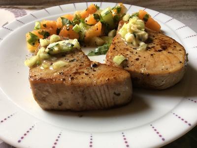 Thunfischsteak mit Melonen-Gurken-Salat und Gurken-Chili-Butter - Rezept - Bild Nr. 867