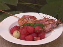 Scharfer Wassermelonensalat mit gegrilltem Scampispieß und Minzjoghurt - Rezept - Bild Nr. 1429