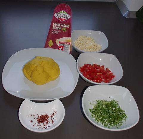 Safran Ravioli mit Grana Padano, Kresse und Tomaten Füllung - Rezept - Bild Nr. 2034