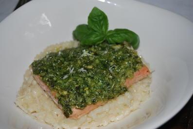 Rezept: Lachs mit Pestohaube auf Risotto