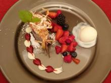 Himbeermousse im Schokoladenmantel mit marinierten Beeren und Joghurteis - Rezept - Bild Nr. 2085