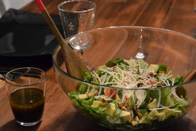 grüner Salat mit Avokado, Pinienkernen und Grana Padano und Honig-Senf-Soße - Rezept - Bild Nr. 2100