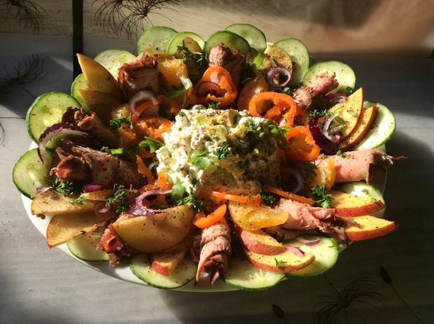 Kleine Vorspeisenplatte mit Hüttenkäse und Roastbeef - Rezept - Bild Nr. 2137