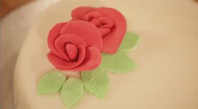 Rezept: Dekorative Rosen aus Fondant für Torten