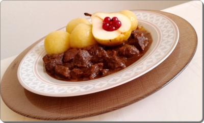 Hirschedelgulasch, Kartoffelklößen und gefüllter Birne - Rezept - Bild Nr. 2325