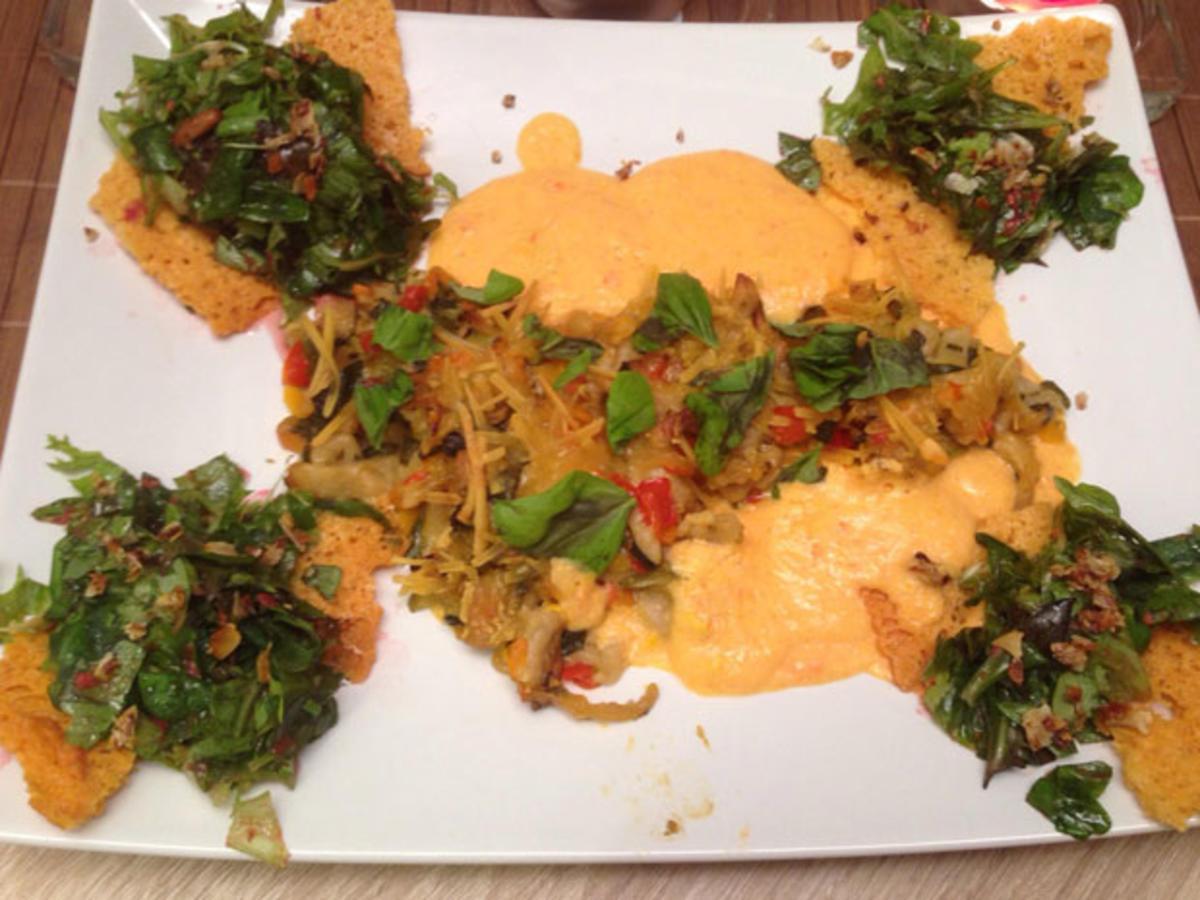 Überbackene Nudelnestchen mit frischen Kräutern an Himbeersalat im Parmesankörbchen - Rezept von Das perfekte Dinner