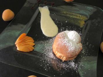 Buchteln gefüllt mit hausgemachter Marillenmarmelade, dazu warme Bourbon-Vanille-Soße - Rezept - Bild Nr. 2475