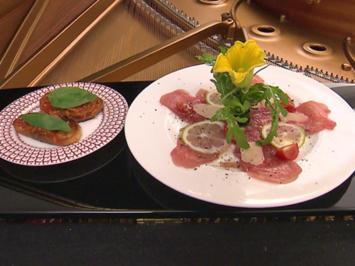 Rezept: Thunfischcarpaccio mit Parmesanhobel und Rucola dazu Bruschetta