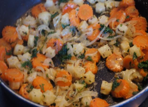 Wildlachsfilet mit Zwiebel-Möhren-Sellerie-Gemüse und Korianderkartoffeln - Rezept - Bild Nr. 2800