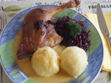 Entenschenkel mit halbseidenen Kartoffelknödeln und Rotkohl mit Wild-Preiselbeeren - Rezept - Bild Nr. 2957