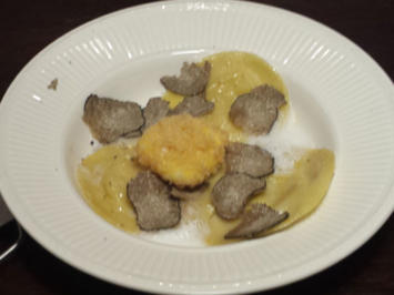 Sellerie-Trüffelravioli in Nussbutter mit Pecorinoschaum und frittiertem Eigelb - Rezept - Bild Nr. 3128