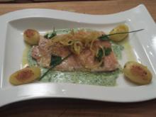 Lachsforellenfilet auf grüner Kräutersoße mit Röstkartoffeln und Kartoffelstroh - Rezept - Bild Nr. 3130