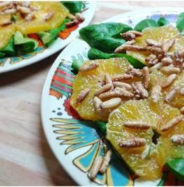 Rezept: Orangen-Carpaccio mit Pinienkernen auf Feldsalat