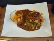 Rinderfiletscheiben mit Kürbis-Apfel-Relish und sautierten Kartoffeln auf Broccolistampf - Rezept - Bild Nr. 3416