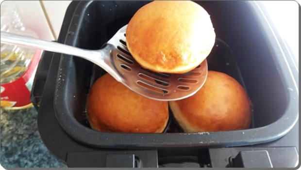 Goldbraun gebackene Faschingskrapfen mit feinem Fruchtaufstrich  gefüllt - Rezept - Bild Nr. 4227