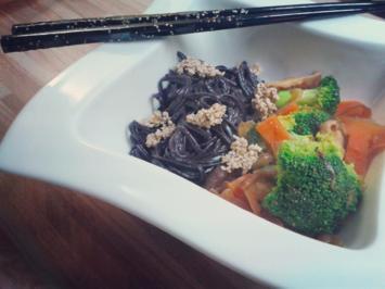Stir fry mit schwarzen Reisnudeln und Sesamcrunch - Rezept - Bild Nr. 4671