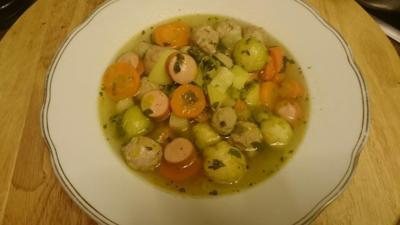 Rezept: Gemüsesuppe mit Fleischklößchen und Würstchen