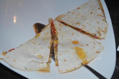 Rezept: Quesadillas mit Hähnchenstreifen, Paprika und roten Zwiebeln