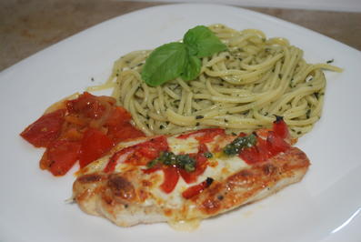 Gratinierte Putenschnitzel-Caprese mit Pesto-Spaghetti und warmen Tomatensalat - Rezept - Bild Nr. 4951