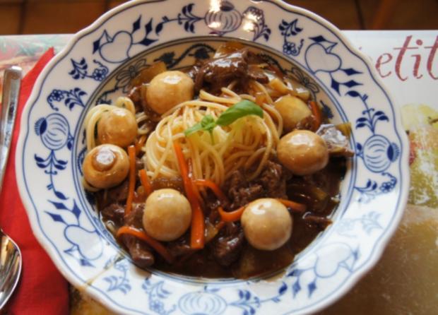 Rinderfilet mit Zwiebeln, Champignons und Spaghetti - Rezept