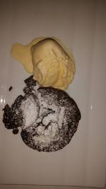 Schokoladen-Olivenöl-Rosmarinkuchen mit Zitronengras-Vanille-Eis - Rezept