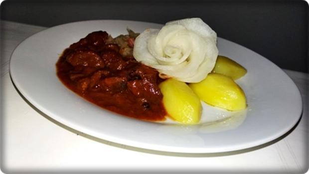 Hirschgulasch mit Salzkartoffeln & Sauerkraut-Salat - Rezept - Bild Nr. 3