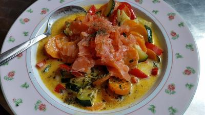 Rezept: Kokos-Gemüse-Suppe mit Räucherlachs
