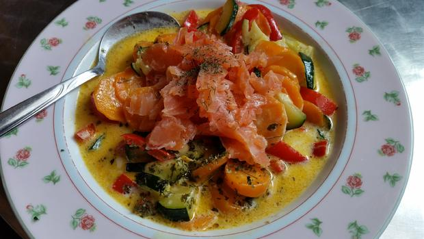 Kokos-Gemüse-Suppe mit Räucherlachs - Rezept