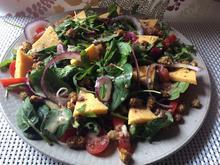 gemischter Salat mit Maulbeeren, Käse und Erdmandeldressing - Rezept