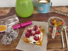 Raw Chia Energy Balls mit Beeren Millefeuille an Obstsalat - Rezept
