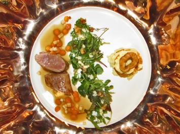 Iberico Schweinefilet mit Kräutersalat, Calvadossoße und Apfel-Kartoffeltürmchen - Rezept