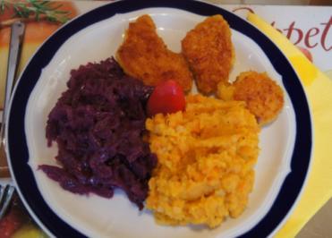 Hähnchenschnitzelchen mit Süßkartoffel-Möhren-Stampf und Rotkraut-Blaukraut - Rezept