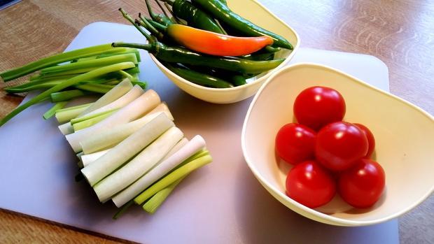 Frühlingszwiebeln mit Chilischoten und Tomaten - Rezept - Bild Nr. 2