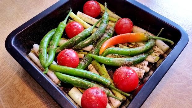 Frühlingszwiebeln mit Chilischoten und Tomaten - Rezept - Bild Nr. 3
