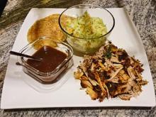 Pulled Pork im Grill geräuchert mit selbstgemachten Semmeln, Krautsalat und Barbecuesoße - Rezept