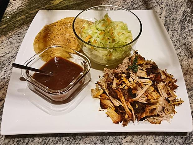 Pulled Pork Im Gasgrill Zubereiten : Pulled pork im grill geräuchert mit selbstgemachten semmeln