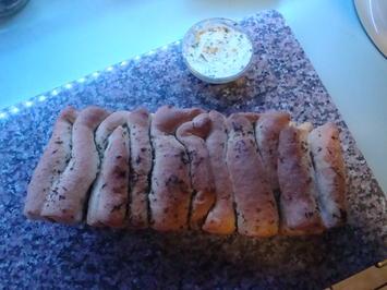 Faltenbrot mit Knoblauch-Kräuterbutter - Rezept